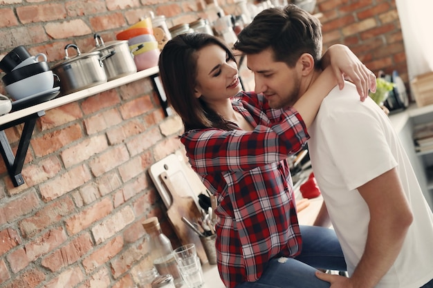台所で素敵なカップル