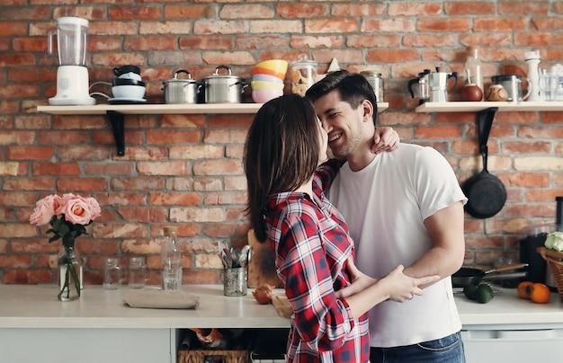 Прекрасная пара на кухне