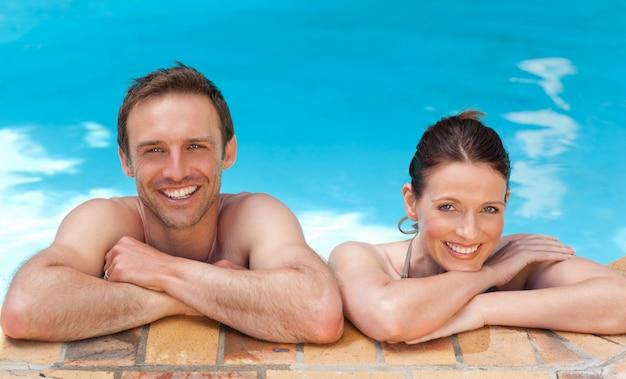 プールの素敵なカップル