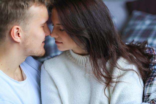親密にキスする素敵なカップル