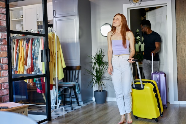 Прекрасная пара переехала в новую квартиру, неся багаж
