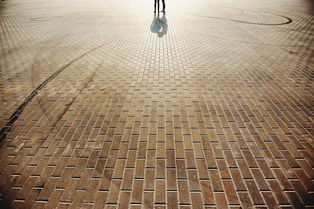 石の床の背景を持つ広場の素敵なカップル。高品質の写真