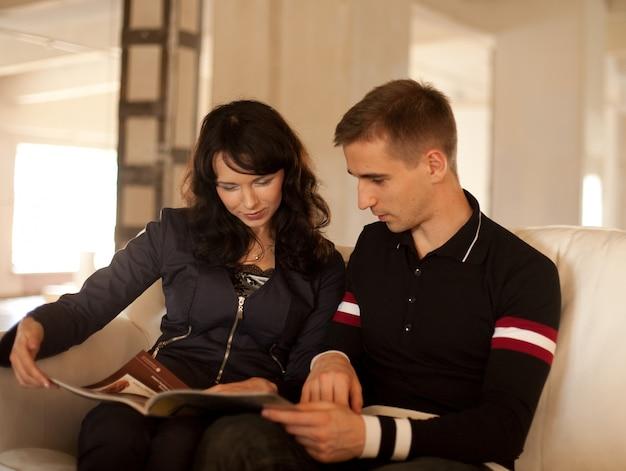 Прекрасная пара читает книгу вместе