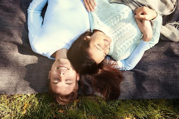 Прекрасная пара, расслабляющаяся в парке