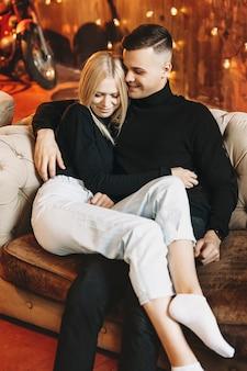 自宅のソファに座ってリラックスできる素敵なカップル