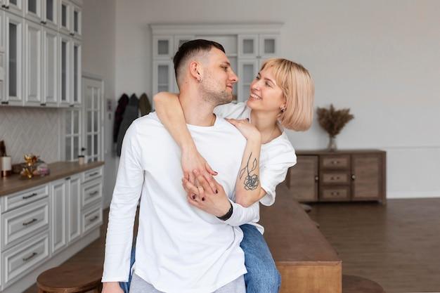 家で一緒に充実した時間を過ごす素敵なカップル