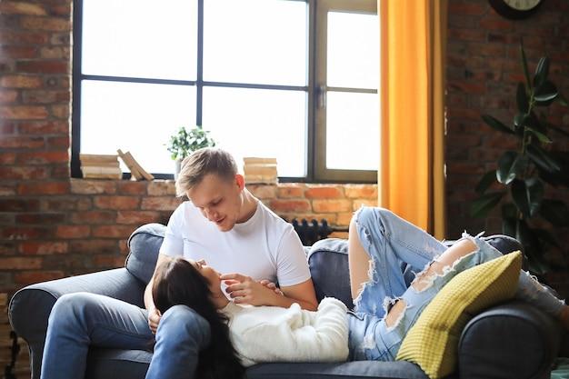 Прекрасная пара, проводящая время вместе дома
