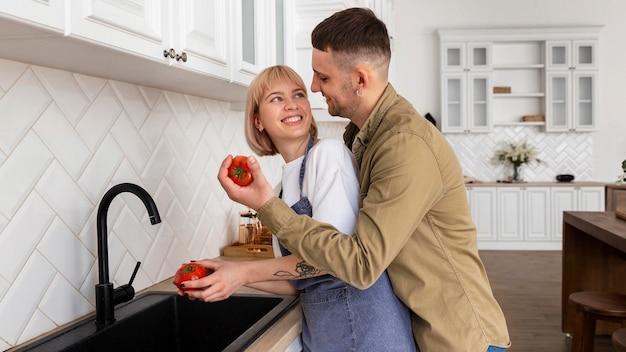 家で一緒に時間を過ごす素敵なカップル