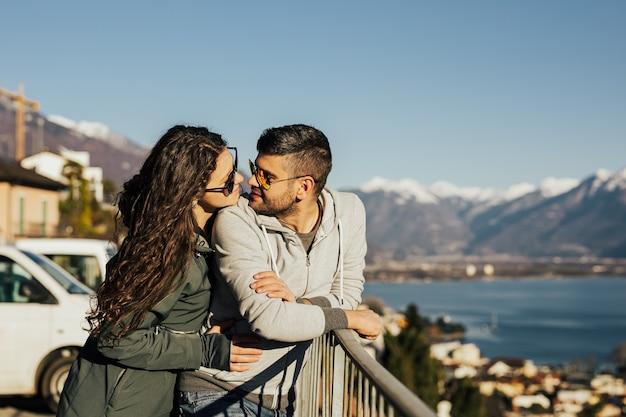 Прекрасная пара, путешествующая вместе по швейцарии