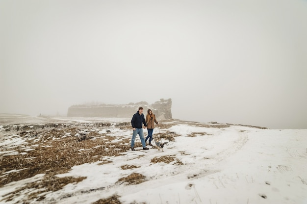 Прекрасная пара, прогулки на свежем воздухе на природе