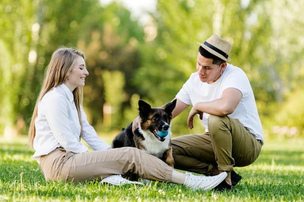 그들의 개는 공원에서 재미와 사랑스러운 커플