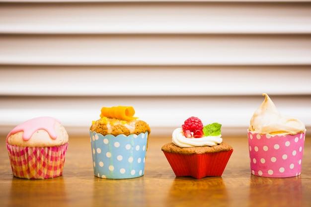 테이블에 사랑스러운 컵 케이크