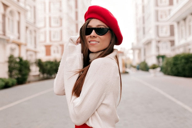 黒い眼鏡をかけている長い髪の素敵なかわいい若い女性