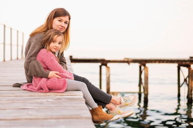 사랑스러운 딸과 어머니 앉아
