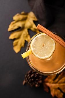レモンと素敵な飲み物をクローズアップ