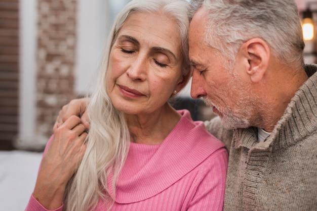 Прекрасные пожилые люди празднуют день святого валентина