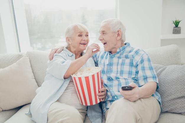 自宅で素敵な老夫婦