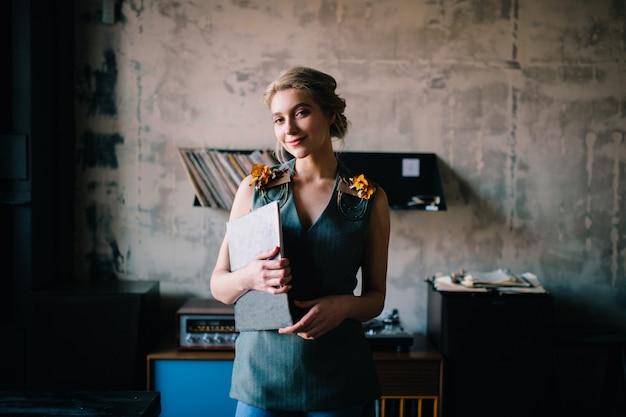 Прекрасная элегантная женщина в музыкальной комнате
