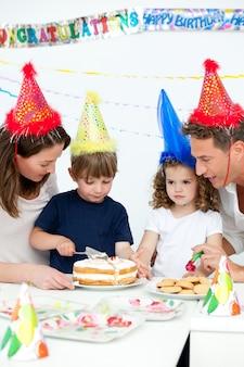 함께 생일을 축하 사랑스러운 가족