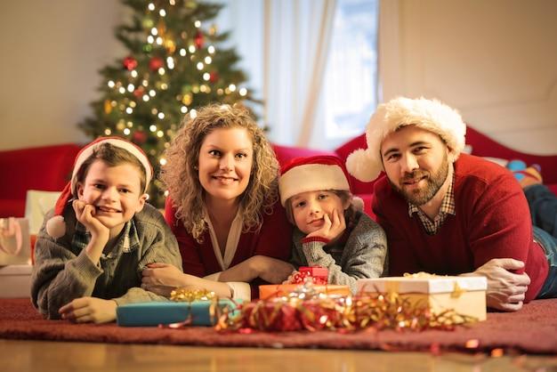Прекрасная семья празднует рождество