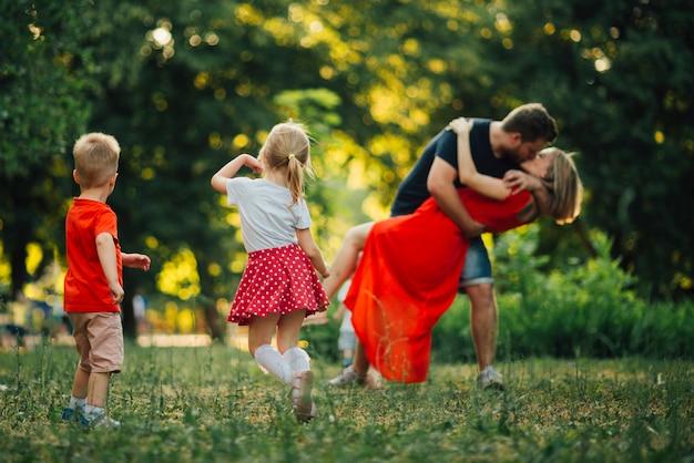 素敵な家族が公園で踊って