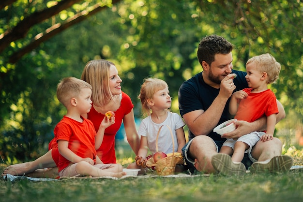 素敵な家族が公園で遊んで