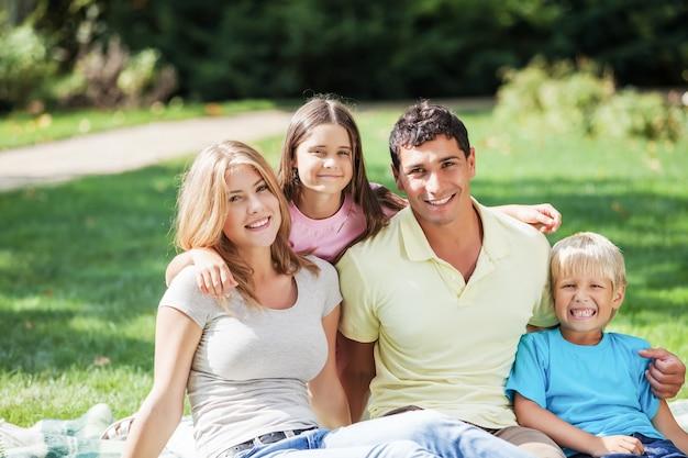 야외 공원에서 휴식을 취하는 사랑스러운 가족