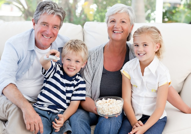 テレビを見て素敵な家族