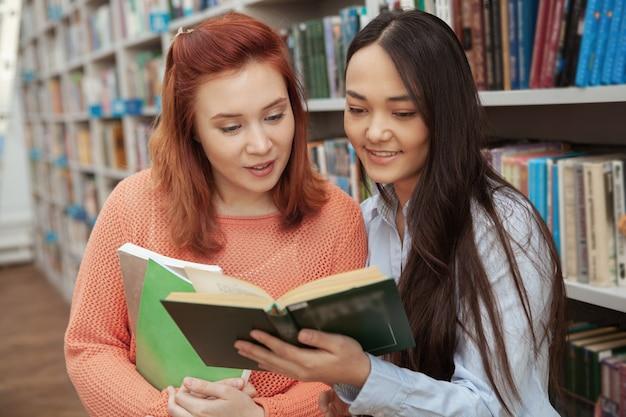 図書館で勉強を楽しんでいる素敵な女友達