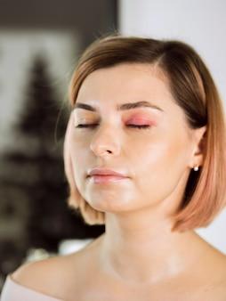 Прекрасная женская модель с закрытыми глазами