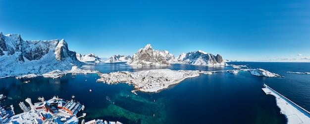 ノルウェーのロフォーテン諸島の山々に囲まれた素敵な漁村、レイン。航空写真。パノラマ画像。息をのむような冬の風景。