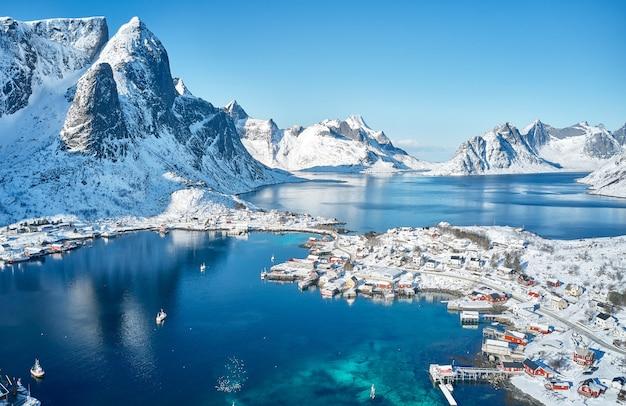 ノルウェーのロフォーテン諸島の山々に囲まれた素敵な漁村。航空写真。息をのむような冬の風景。