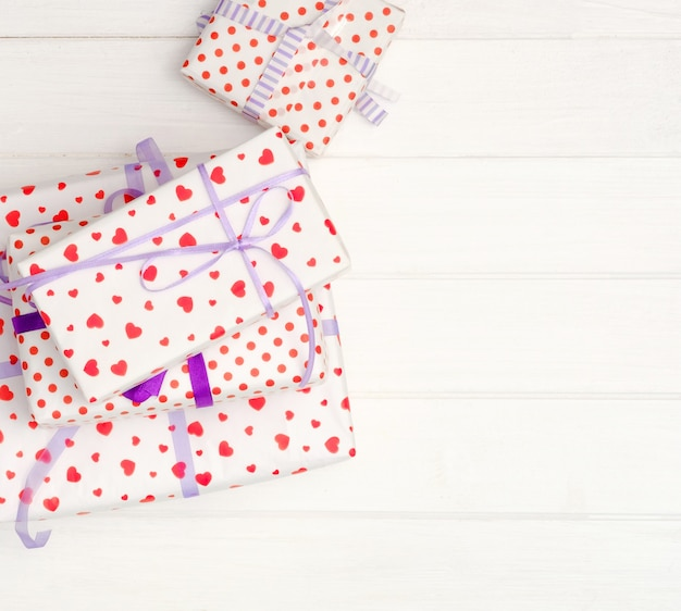 Прекрасные подарочные коробки на белом фоне