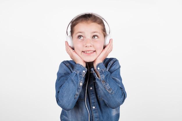 Прекрасная девушка, слушая музыку