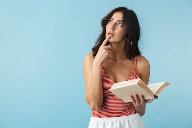 책을 들고 블루 이상 격리 서 여름 옷을 입고 사랑스러운 소녀