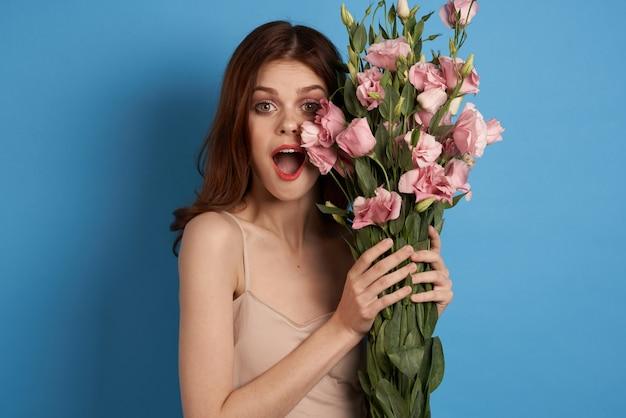 Милая девушка с нежными цветами эустомы
