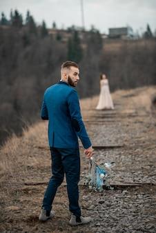 古い橋の結婚式の日に素敵な幸せな新郎新婦