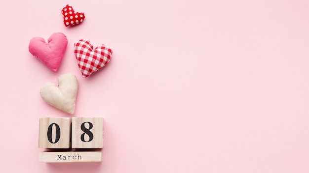 Прекрасные сердца на розовом фоне с 8 марта надписи и копией пространства