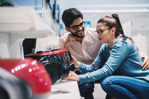 素敵な夫婦が電気店で購入する掃除機を決める。
