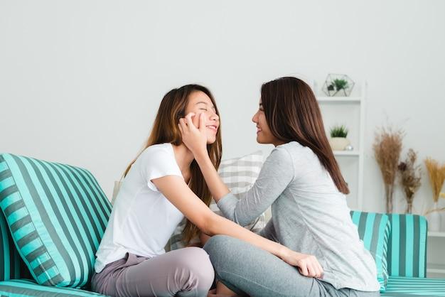 사랑스러운 레즈비언 커플 함께 개념입니다. 행복 순간 소파에 누워 젊은 여성의 커플.