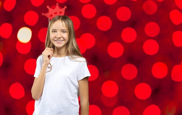 素敵な女の子で、面白い写真小道具紙。幸せな子供 Premium写真