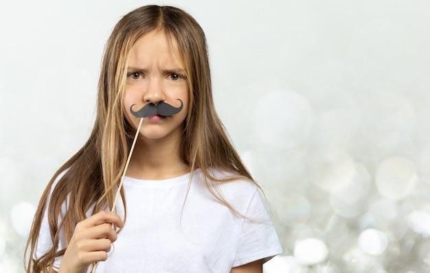 素敵な女の子で、面白い写真小道具紙。幸せな子供