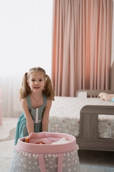 自分の部屋で遊ぶ素敵な女の子