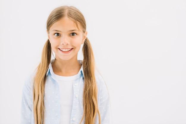笑顔でポーズをとっている素敵な少女
