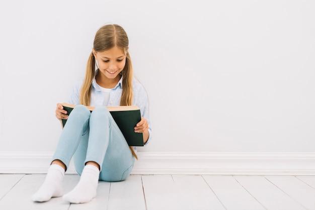 素敵な少女は本を読んで