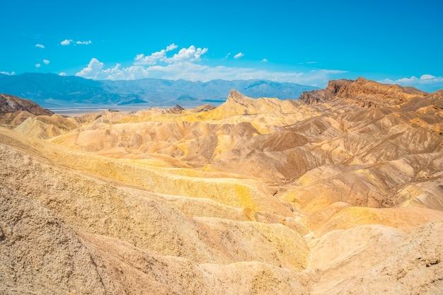 Прекрасное сочетание цветов с точки зрения забриски-пойнт в долине смерти, калифорния. соединенные штаты
