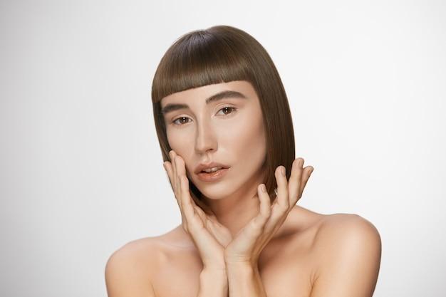 앞머리와 짙은 갈색 머리를 가진 사랑스러운 모델, 완벽한 피부를 가진 예쁜 여자