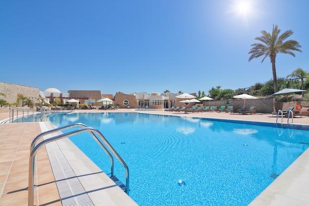 Прекрасный современный бассейн для спокойного семейного отдыха летом. португалия алгарве. квинта боа нова.