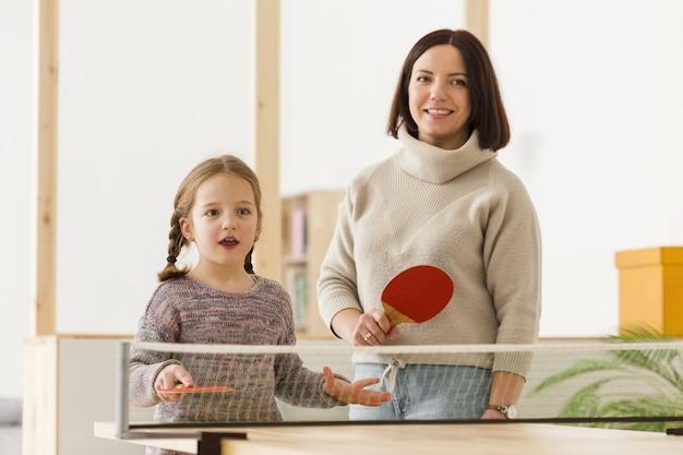 Прекрасная мама и ребенок среднего снимка