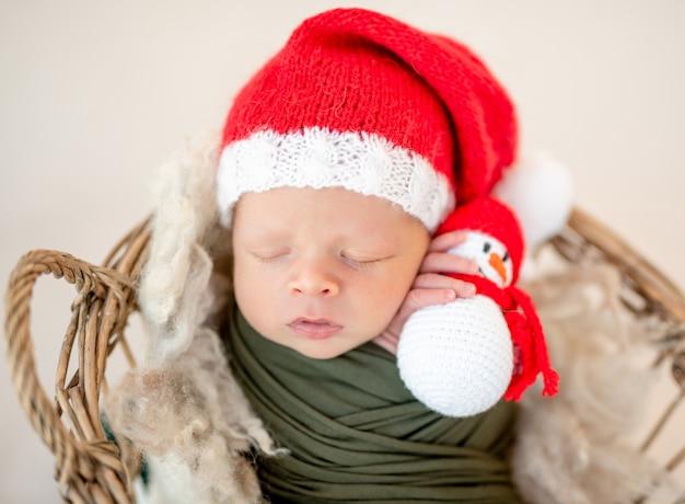 Прекрасный новорожденный в новогодней шапке